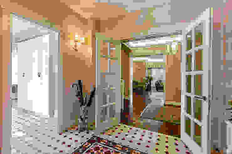 Дизайн бюро Оксаны Моссур Classic style corridor, hallway and stairs Beige