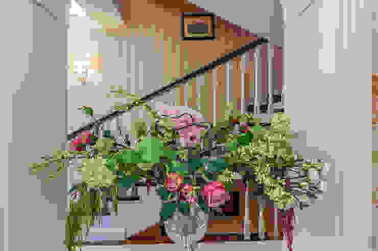 Classic corridor, hallway & stairs by Дизайн бюро Оксаны Моссур Classic