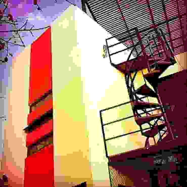 ACCESO A ROOF TOP Y VISTA EXTERIOR DE BAÑO PRINCIPAL Casas modernas de FRACTAL CORP Arquitectura Moderno