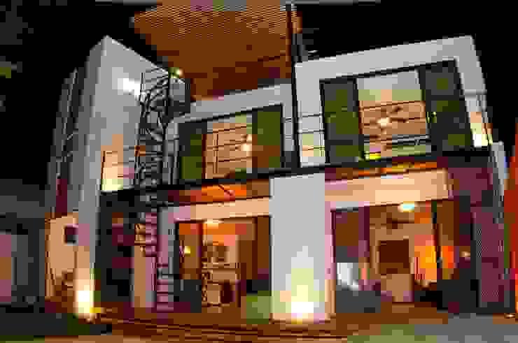 FACHADA POSTERIOR Casas modernas de FRACTAL CORP Arquitectura Moderno