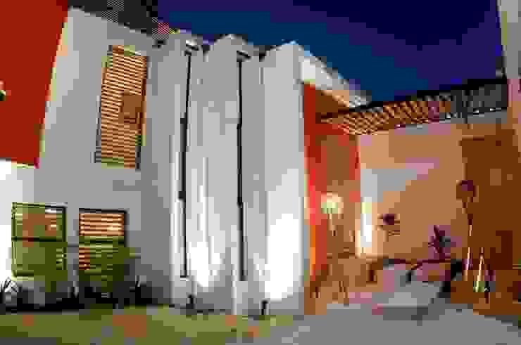 FACHADA INTERIOR A COCHERA Casas modernas de FRACTAL CORP Arquitectura Moderno