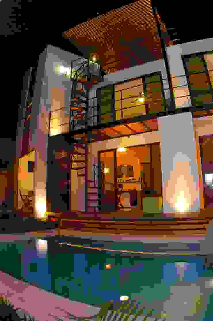 ALBERCA Y FACHADA POSTERIOR Albercas modernas de FRACTAL CORP Arquitectura Moderno