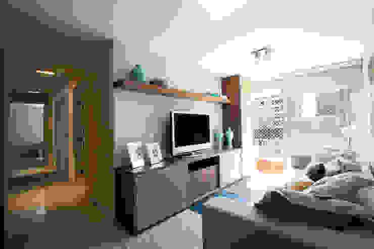 现代客厅設計點子、靈感 & 圖片 根據 Katalin Stammer Arquitetura e Design 現代風