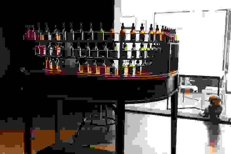 73 Perfumery: Studio 李心田心 스튜디오 이심전심 건축사 사무소의 클래식 ,클래식 우드 우드 그레인