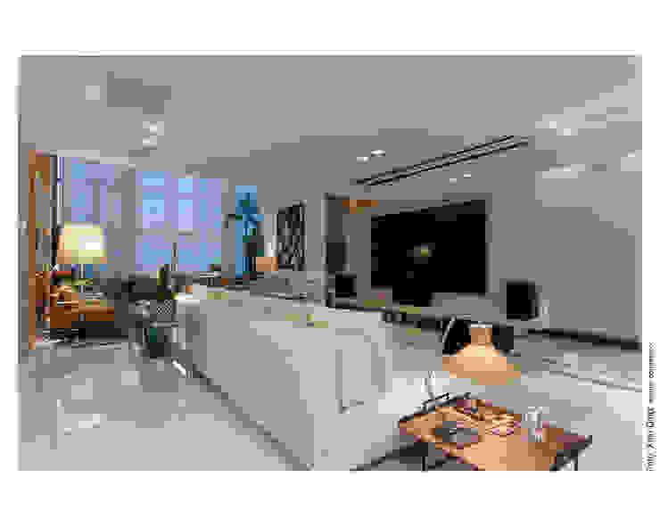 Home Theater - Apartamento Panamby Salas multimídia modernas por MAGALHÃES E SOUZA ARQUITETOS ASSOCIADOS Moderno MDF