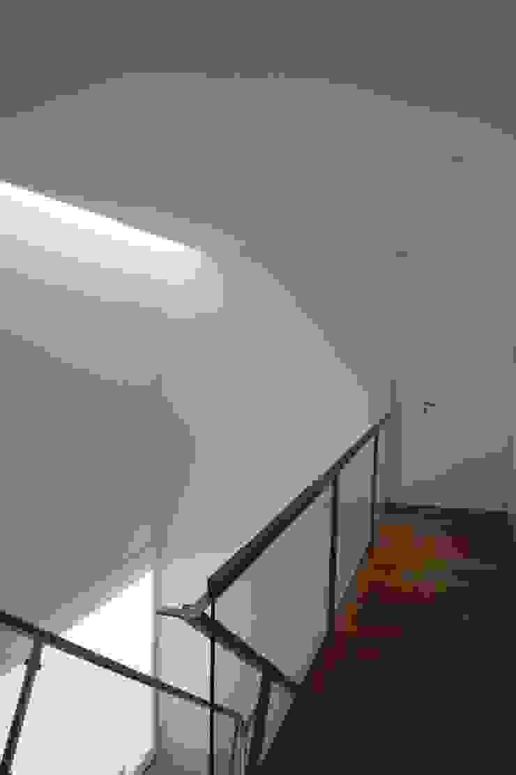 Casa na Lixa _ Felgueiras Corredores, halls e escadas modernos por Amadeu Queirós I Arcolinha arquitectura Moderno