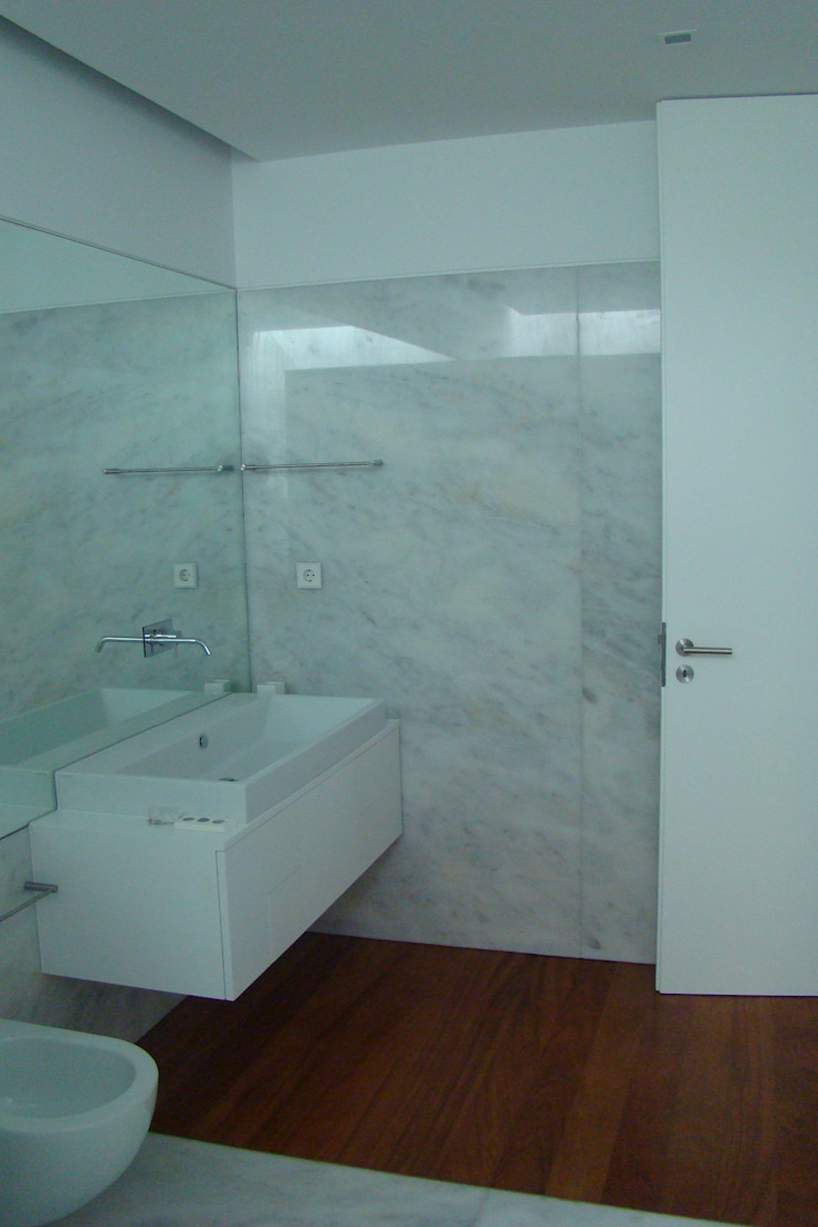 Casa na Lixa _ Felgueiras Casas de banho modernas por Amadeu Queirós I Arcolinha arquitectura Moderno