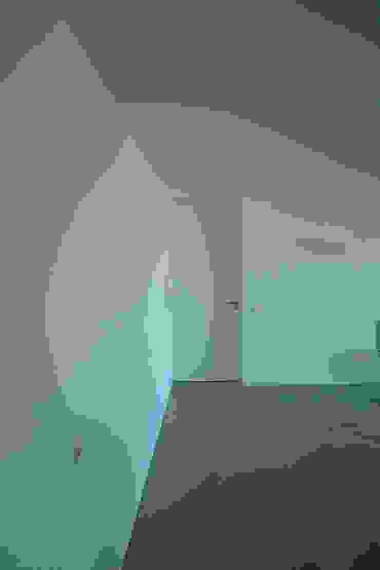 Casa na Lixa _ Felgueiras Garagens e arrecadações modernas por Amadeu Queirós I Arcolinha arquitectura Moderno