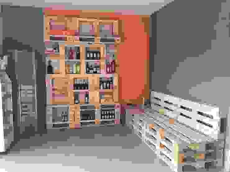 Ufficio magazzino vini: Negozi & Locali commerciali in stile  di Architetto Milena De Fontis,
