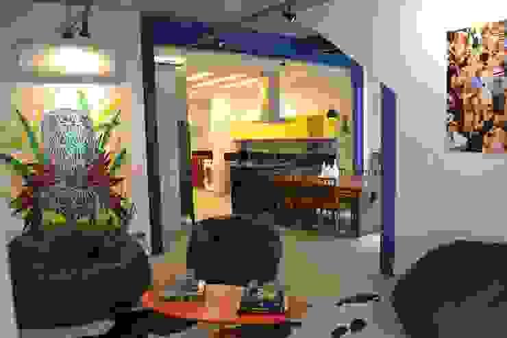 غرفة المعيشة تنفيذ Adriana Saggese e Paloma Costa Arquitetura , صناعي حديد