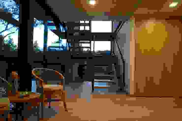 P249_CGD14 Pasillos, vestíbulos y escaleras de estilo moderno de Más Lados Arquitectura Moderno