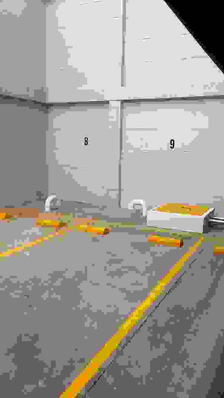 Garaje Garajes de estilo moderno de FARIAS SAS ARQUITECTOS Moderno Concreto