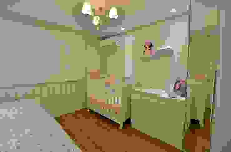 Graça Brenner Arquitetura e Interiores Chambre d'enfant classique MDF Marron