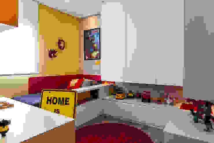 Детская комната в стиле модерн от Amanda Pinheiro Design de interiores Модерн Дерево Эффект древесины