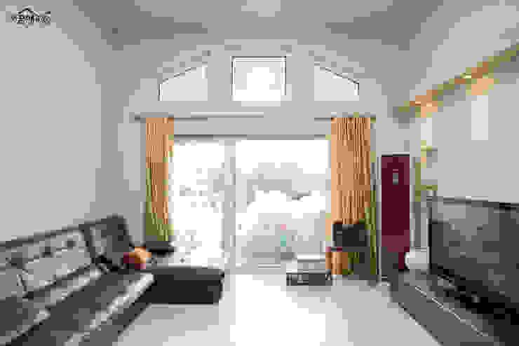 꿈속의 동화같은 단층 목조주택 지중해스타일 거실 by 꿈애하우징 지중해