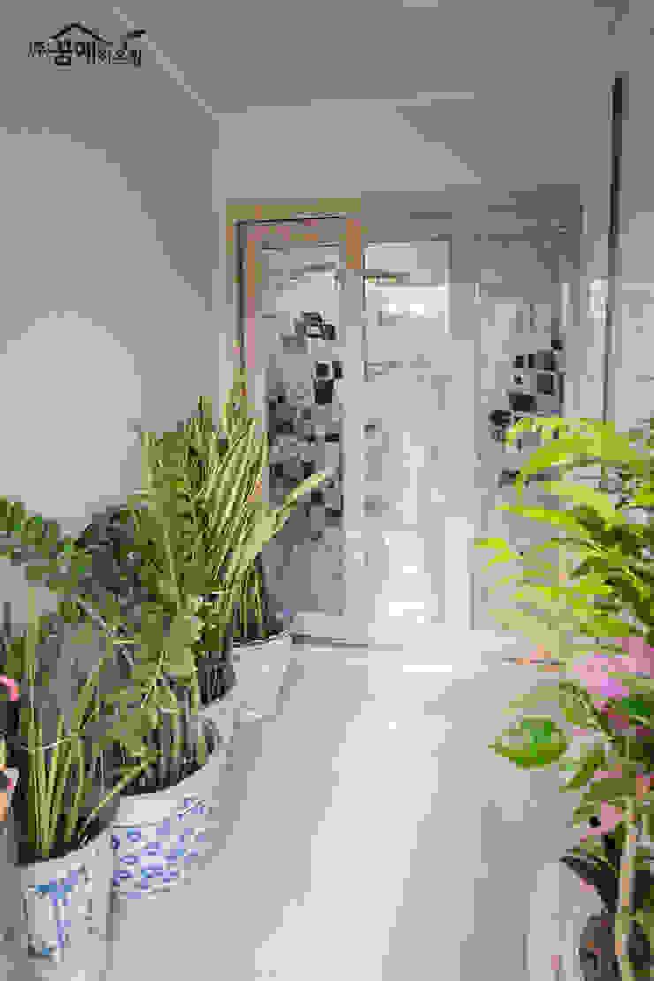 Pasillos, vestíbulos y escaleras mediterráneos de 꿈애하우징 Mediterráneo