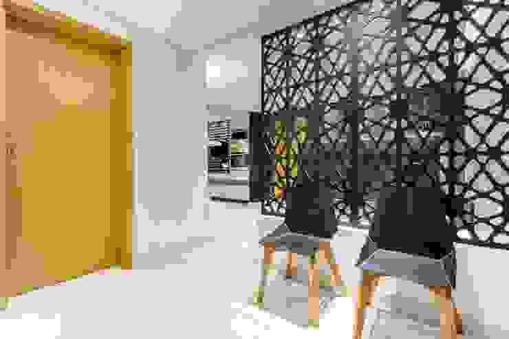 Pasillos, vestíbulos y escaleras de estilo moderno de Caio Prates Arquitetura e Design Moderno Tablero DM
