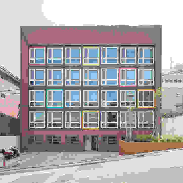 Moderne hotels van 큐브디자인 건축사사무소 Modern