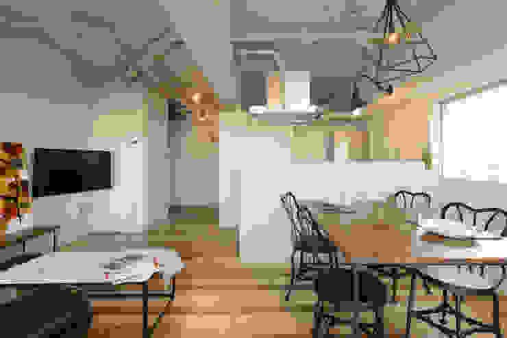 Phòng khách phong cách chiết trung bởi 株ハイスピリット Chiết trung Gỗ Wood effect