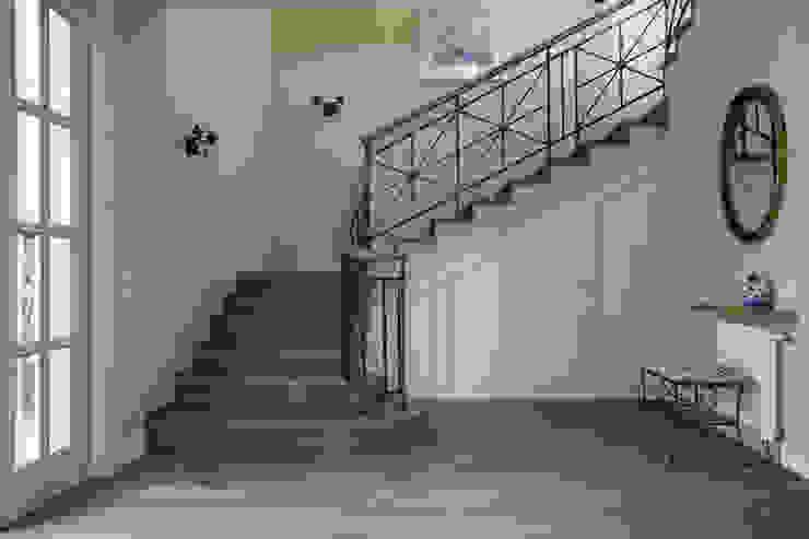 А-Дизайн Pasillos, vestíbulos y escaleras de estilo rural