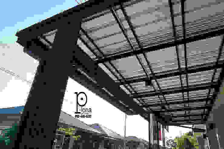 Garagens e arrecadações modernas por P-lona Moderno Ferro/Aço