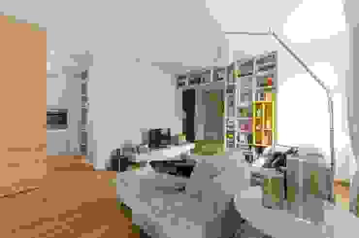 Moderne woonkamers van AMBROGIO BARBIERI ARCHITETTI Modern