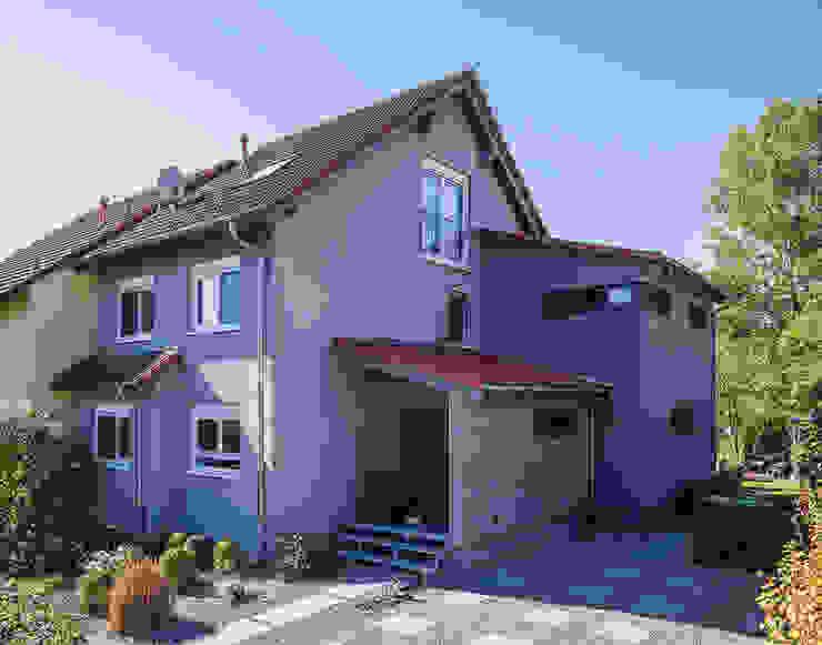 Doppelhaushälfte mit zwei verschieden hohen Pultdachanbauten Moderne Häuser von KitzlingerHaus GmbH & Co. KG Modern