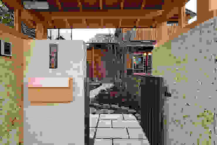赤羽M邸-門越しアプローチ オリジナルな 家 の アイプランニング オリジナル 木 木目調