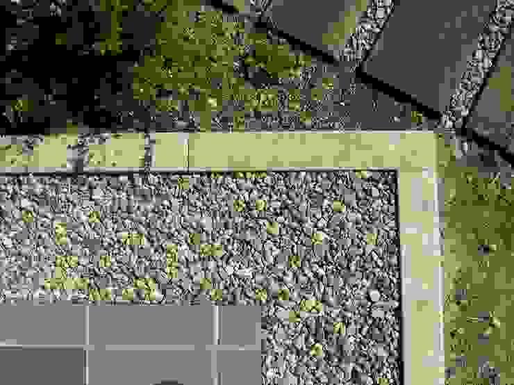 赤羽M邸-南庭詳細 タイル・雨落ち・土・枕木 オリジナルな 家 の アイプランニング オリジナル 石