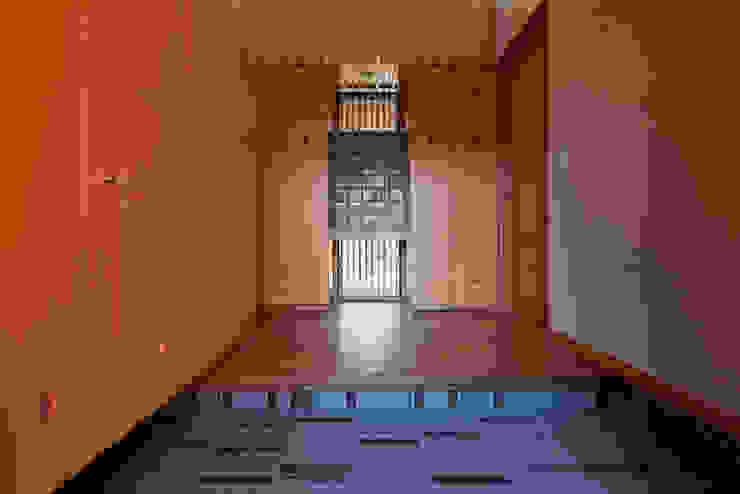 赤羽M邸-玄関ホール正面 オリジナルな 家 の アイプランニング オリジナル 木 木目調