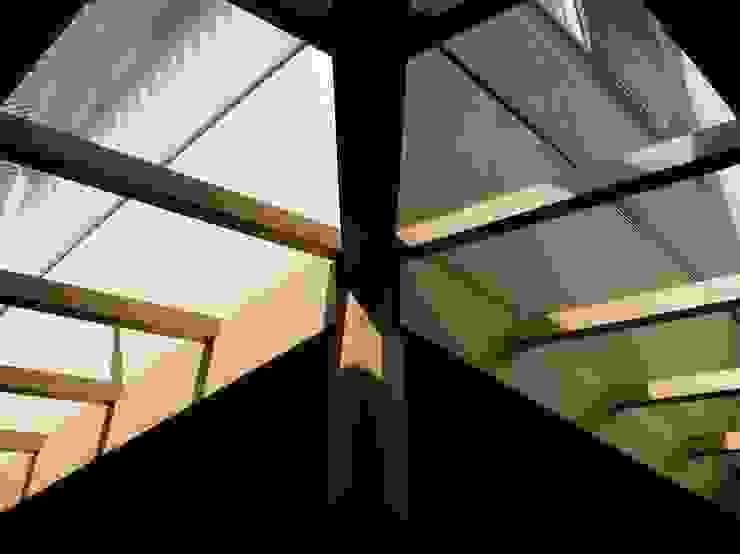 赤羽M邸-リビングトップライト見上げ オリジナルな 家 の アイプランニング オリジナル 木 木目調