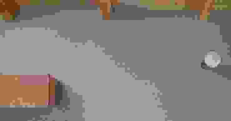 赤羽M邸-珪藻土壁ブラケット照明 オリジナルな 家 の アイプランニング オリジナル 木 木目調