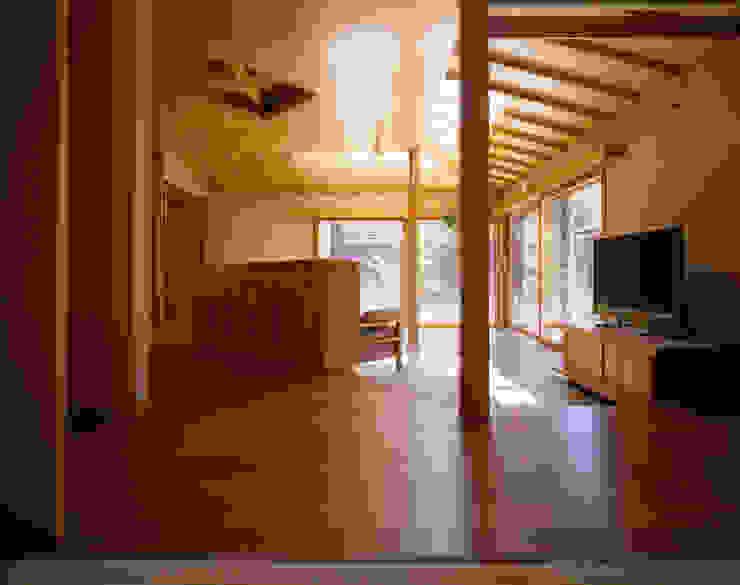 赤羽M邸-リビング オリジナルな 家 の アイプランニング オリジナル 木 木目調