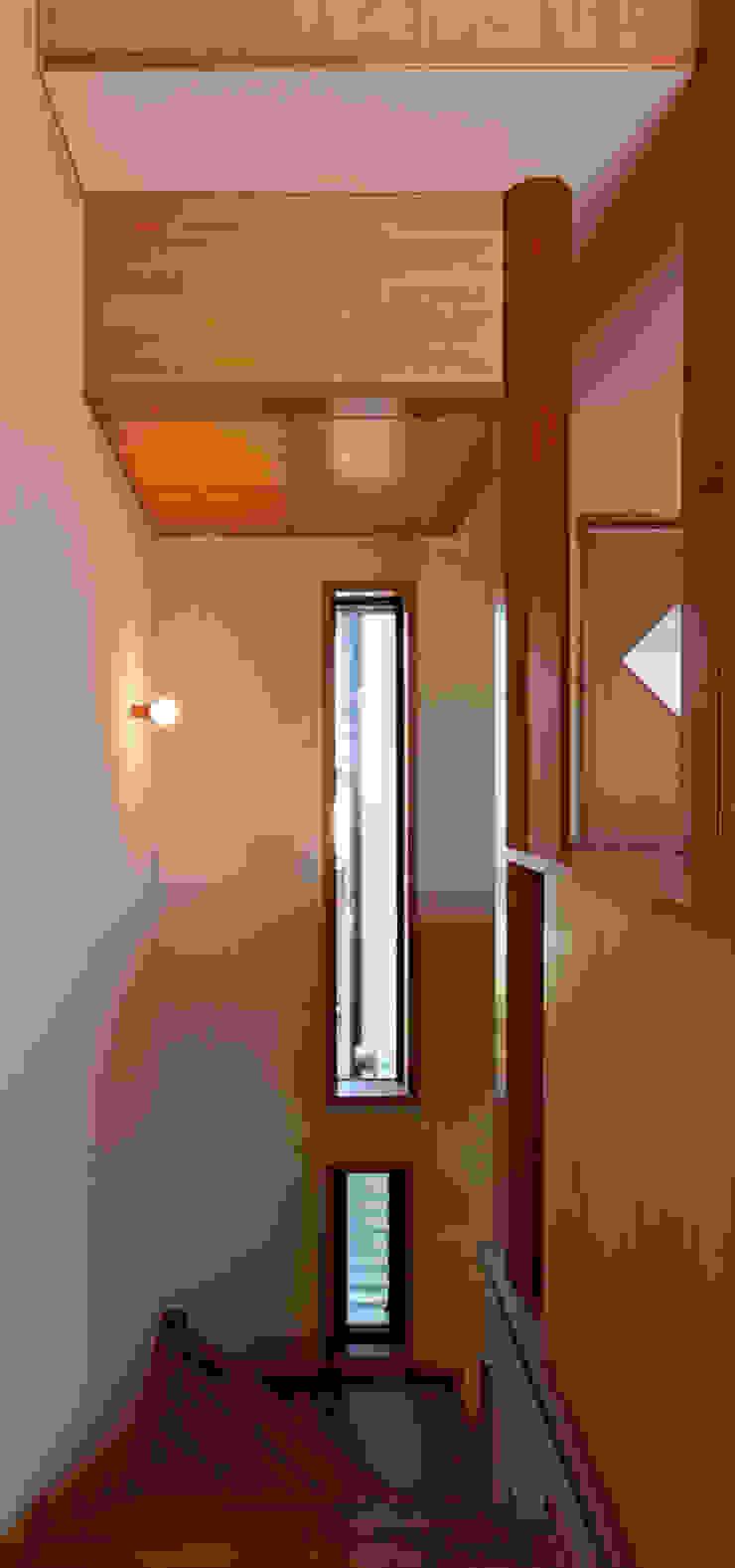 赤羽M邸-階段2階 オリジナルな 家 の アイプランニング オリジナル 木 木目調