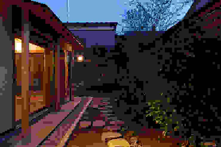 赤羽M邸-南庭夜景 オリジナルな 家 の アイプランニング オリジナル 木 木目調