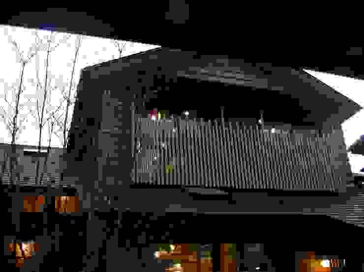 赤羽M邸-外観夜景 オリジナルな 家 の アイプランニング オリジナル 木 木目調