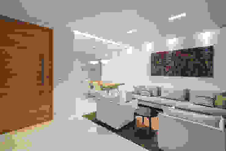 Phòng khách phong cách tối giản bởi MEIUS ARQUITETURA Tối giản