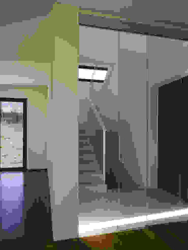 Lorenzo Rossi Architetti Modern corridor, hallway & stairs