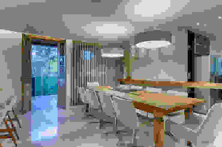 Sala de Jantar Isabella Magalhães Arquitetura & Interiores Salas de jantar rústicas Madeira maciça Bege