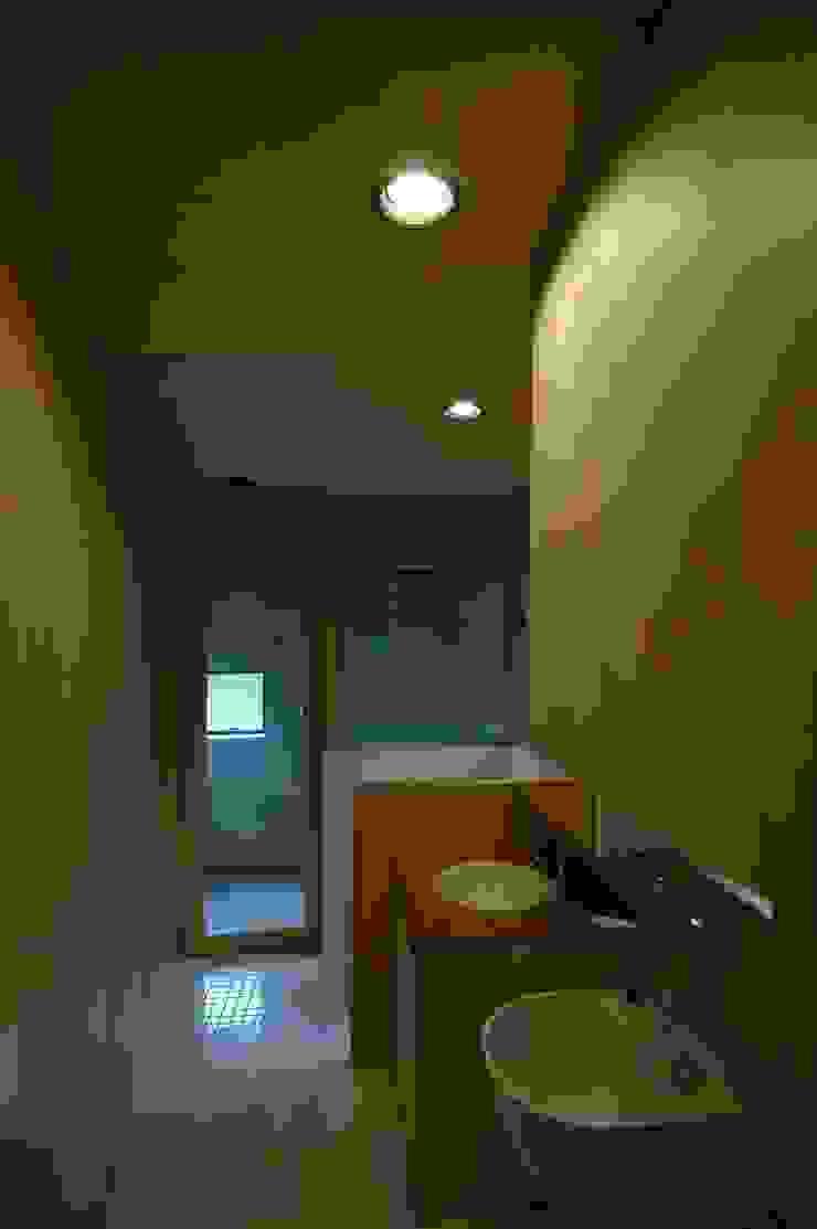 M+2 Architects & Associates Bagno moderno Legno Effetto legno