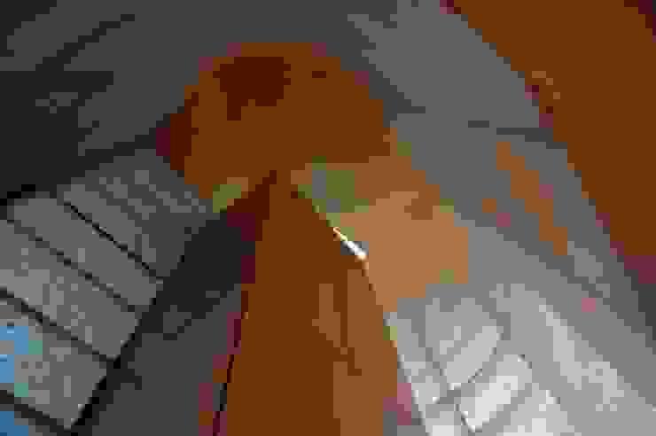 M+2 Architects & Associates Pasillos, vestíbulos y escaleras modernos Madera Acabado en madera