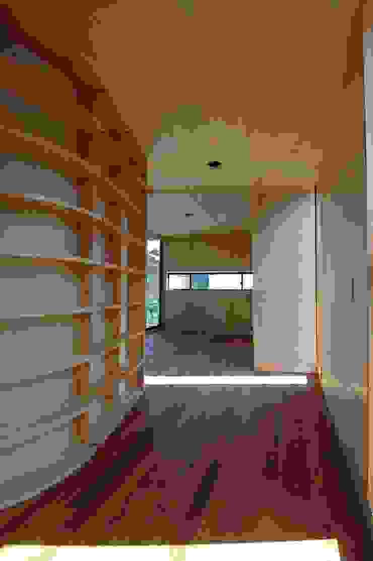 M+2 Architects & Associates Sala multimediale moderna Legno Effetto legno