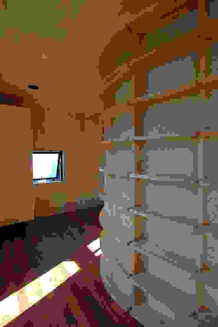 M+2 Architects & Associates Studio moderno Legno Effetto legno