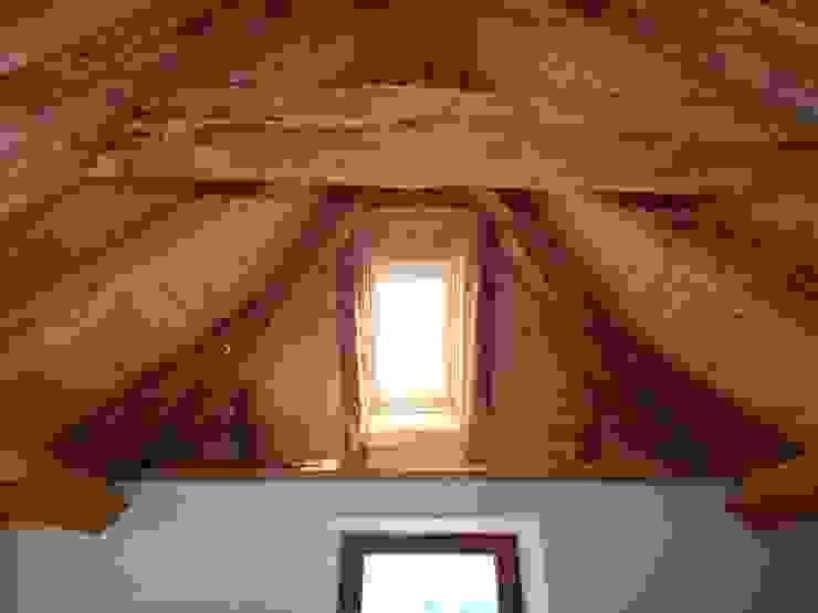 sottotetto Studio Capannini Architetti Camera da letto in stile rustico Legno massello Bianco