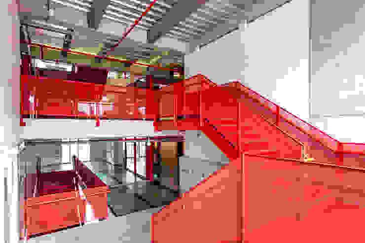 MRV ARQUITECTOS Couloir, entrée, escaliers modernes Rouge