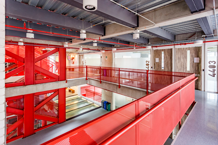 Modern Corridor, Hallway and Staircase by MRV ARQUITECTOS Modern