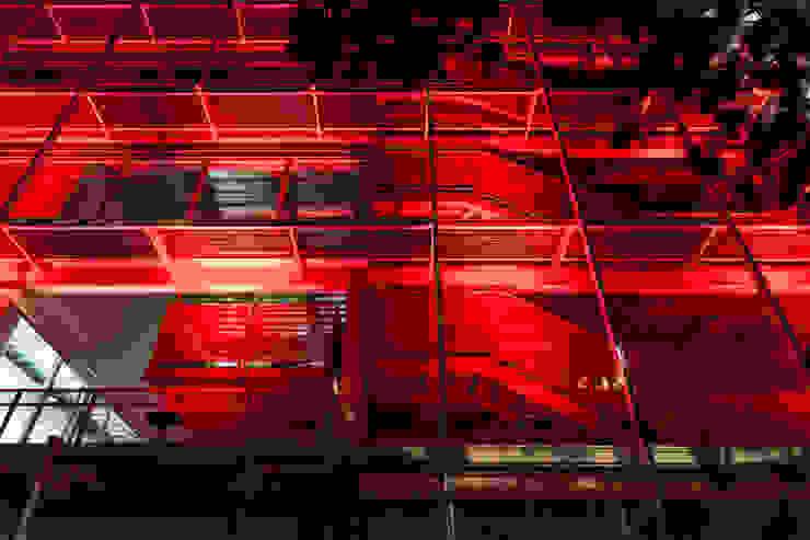Couloir, entrée, escaliers modernes par MRV ARQUITECTOS Moderne