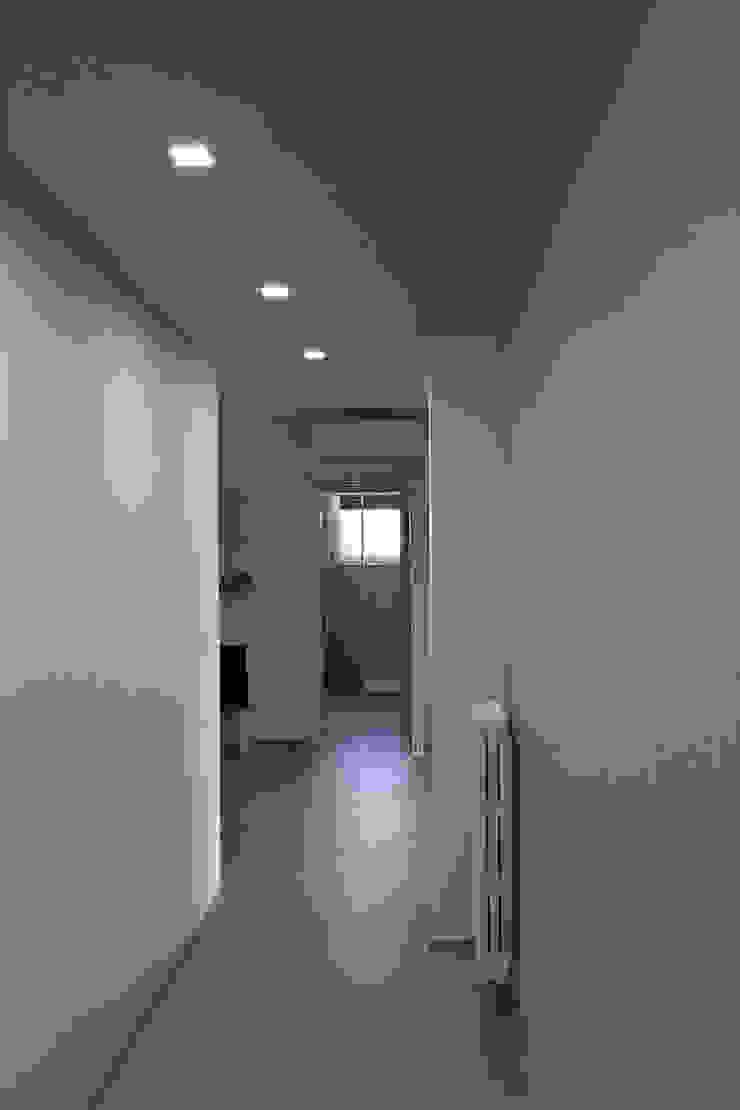Pasillos, vestíbulos y escaleras de estilo moderno de Laura Galli Architetto Moderno