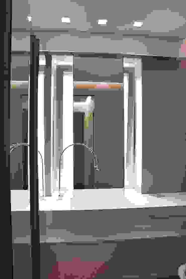Baños de estilo moderno de Architetto Valentina Longo Moderno