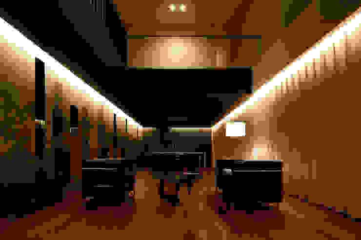Salones de estilo ecléctico de MooS/ムース Ecléctico